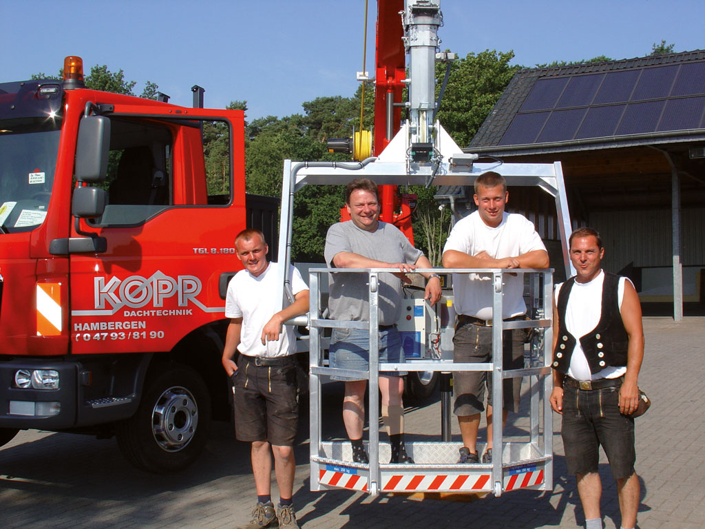 Kranarbeiten Team 1024x768 | Kopp Dachtechnik